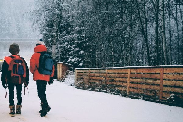 wandelen door de sneeuw op snowboots