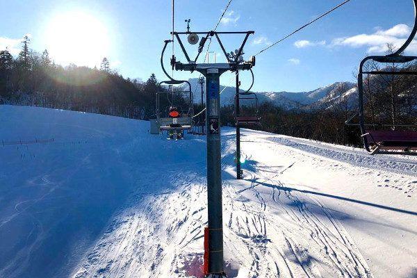 Zon in het Japanse skigebied