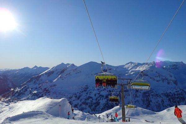 Wintersport maart, zon, blauwe lucht en lege pistes