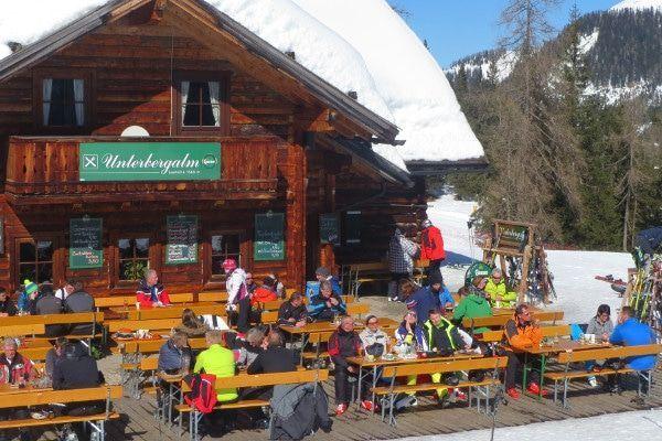 Wintersport met vrienden op het terras