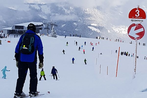 wintersport must haves voor beginners, beginnende skiër op een drukke piste