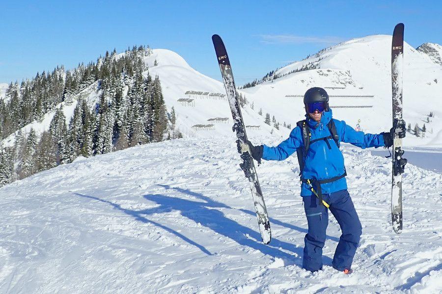 Sinner ski helm en bril op een mooi weer dag in de poeder blij