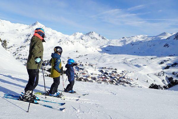 zonnige wintersport in Obertauern drie mensen op de piste